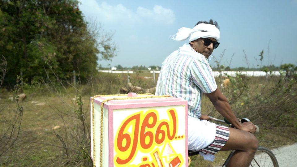 Samuthirakani selling stick ice at the temple gate!