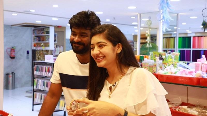 Idhayathai Thirudathey Serial Actor NAVIN & BINDU Surprise Shopping at Velavan Stores