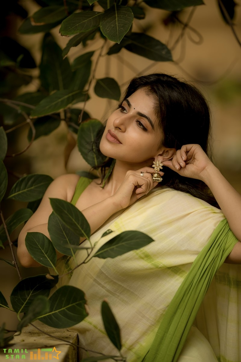 Actress-Iswarya-Menon-Stills-1