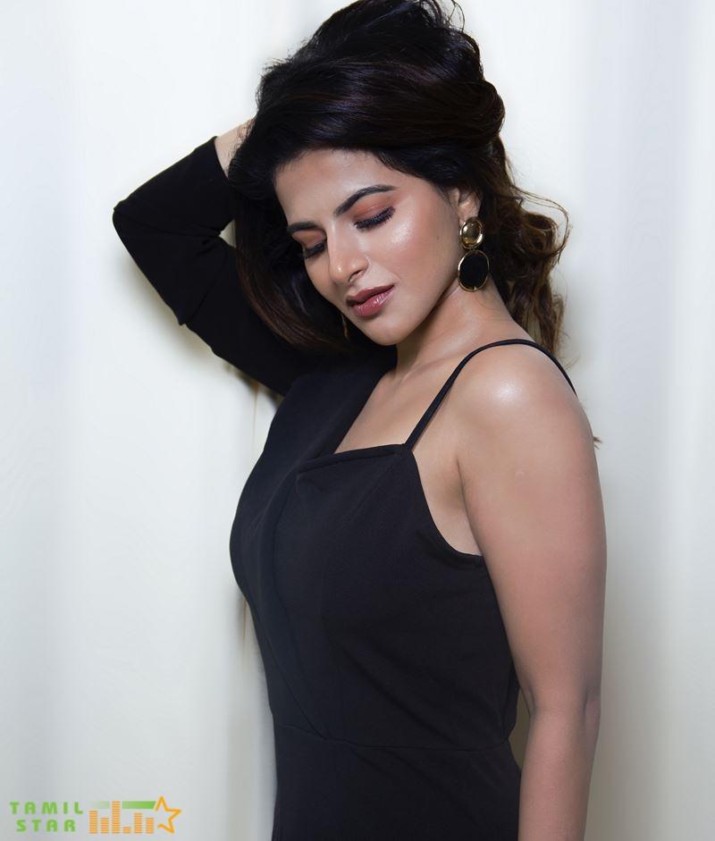 Actress Iswarya Menon Photos (5)