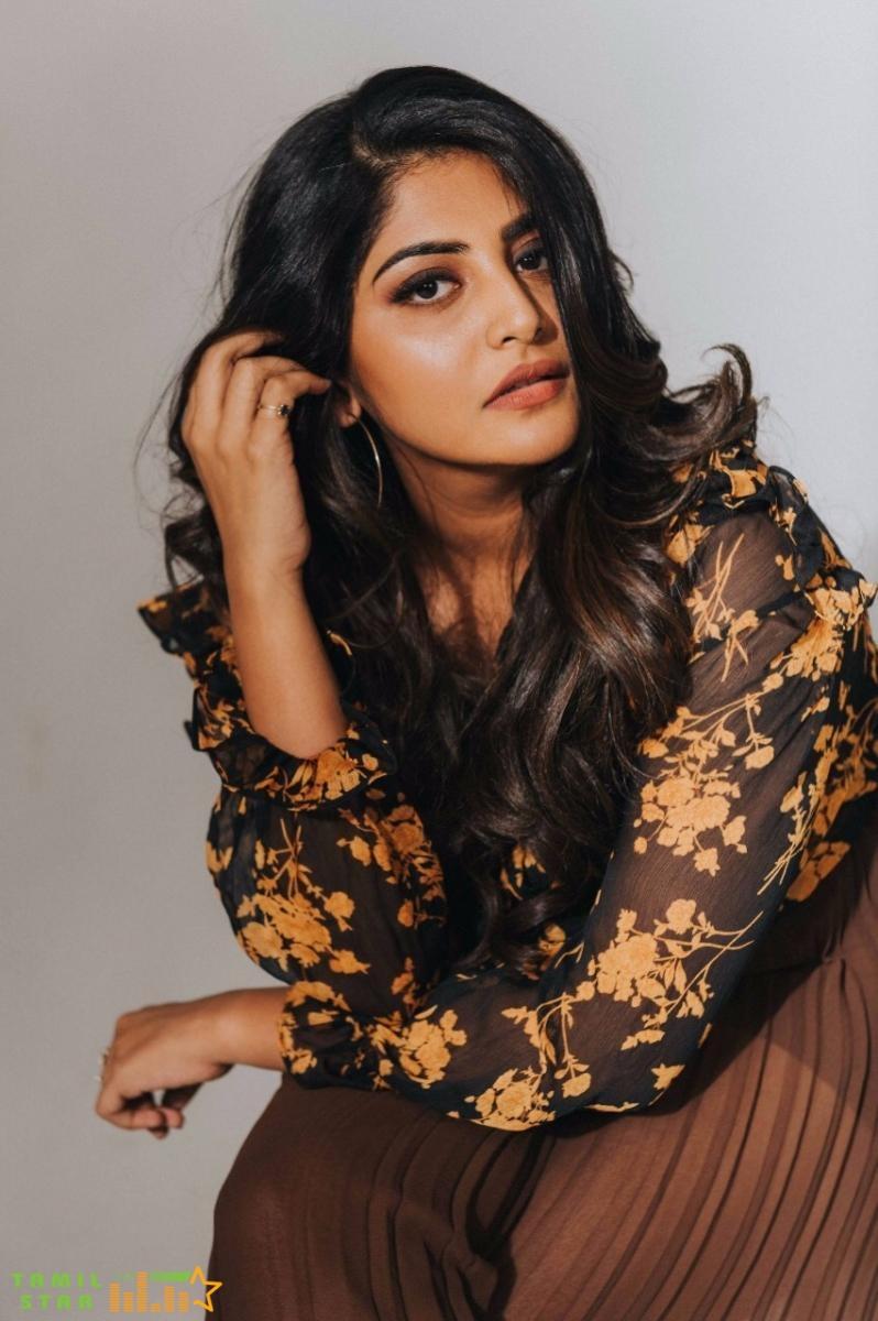 Actress Manjima Mohan New Photos (2)