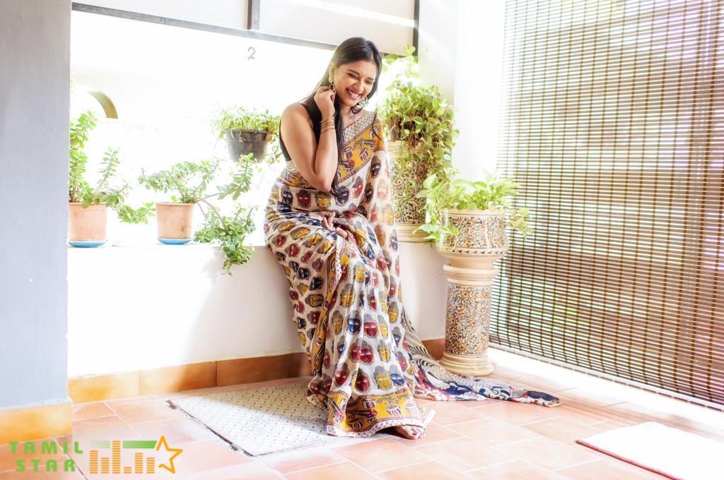Actress Vasundhara Kashyap Photos (3)