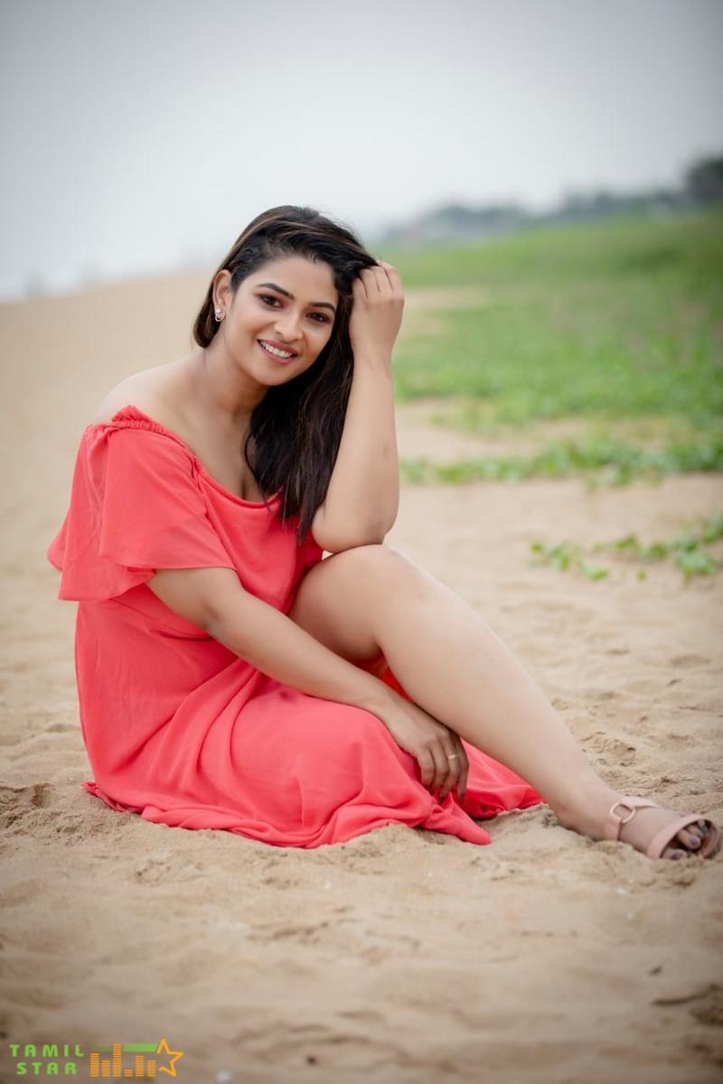 Glittering Photoshoot pics of VJ Maheswari (3)